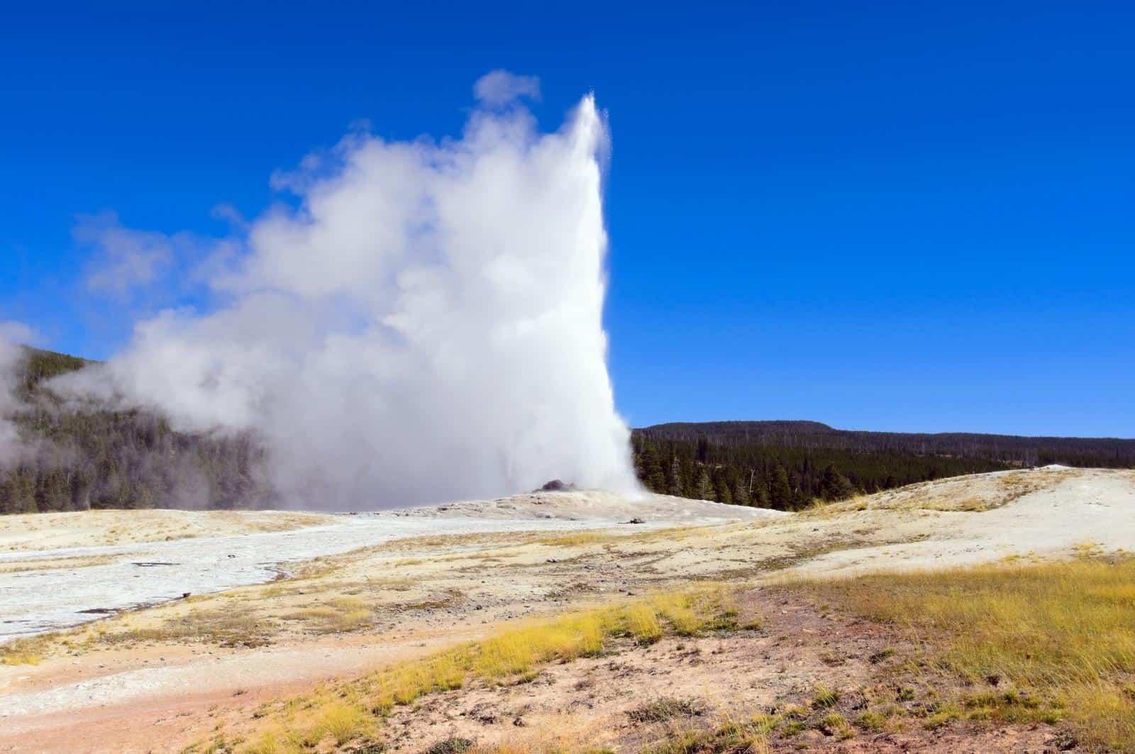 Best Geysers in Yellowstone - Old Faithful Geyser